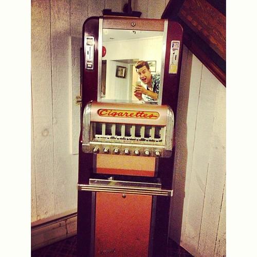 #vintage #cigarette #nice #vendingmachine #antique #antiquité #oldstuff #iloveit #man #homme #boy #garcon #mirror #miroir #portrait #selfie #picoftheday #padgram #instaframe #InstaSize #Instagram #stowehofinn #stowe #vermont #usa