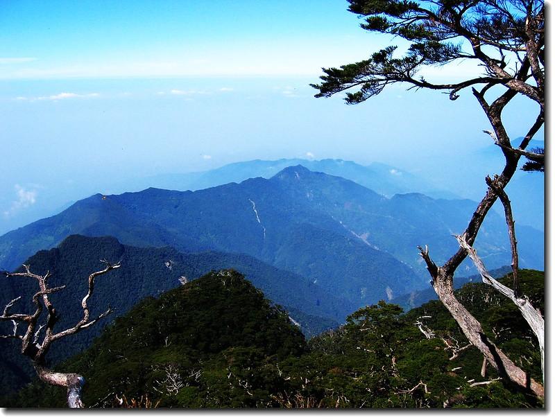 由上稜點遠眺西大武(中)與日湯真山