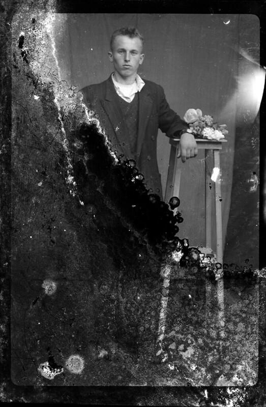 Costica Acsinte foi um fotógrafo de guerra na Romênia que, depois de sair do exército, abriu seu estúdio de fotografia em Slobozia. Cerca de cinco mil negativos foram comprados pelo Ialomita County Museum