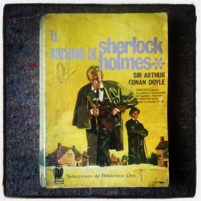 """Conan Doyle: """"[Sherlock Holmes:] Debemos buscar siempre la lógica. Donde la lógica está ausente, debemos recelar engaño"""". (1967: 39)."""
