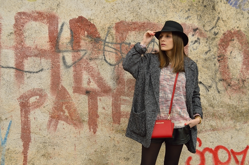 lara-vazquez-madlula-blog-style-streetstyle-pop-of.red-hat-winter