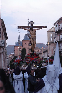Portando un paso de la crucifixión.