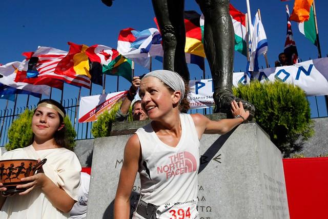 Η Lizzy Hawker τερματίζει το 2012 μπροστά στο άγαλμα του Λεωνίδα | © Σπάρταθλον