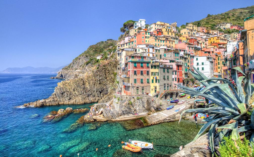 リオマッジョーレのカラフルな町並みと海