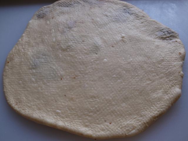 <p>a)1次発酵が終ったパン生地を4つに分け平らに伸ばして</p>