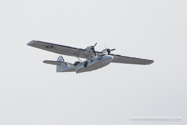 Waterplane flies over Tower Bridge