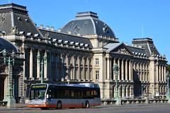 Bus de la S.T.I.B. devant le Palais Royal