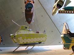 Körhintákból kiszerelt beülős játék tankok.