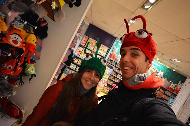 Haciendo el tonto en la juguetería Fao Schwarz de Nueva York vestido como una hormiga
