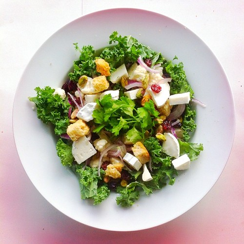 Thanksgiving week. Recipe n.2: raw kale, raw cauliflower, goat cheese, croutons, dried cranberries, pistachios, parsley, extra virgin olive oil and cider vinegar. #thanksgiving #salad #salads #saladjam #saladlunch #foodlover #gethealthy #lunch #desk #desk