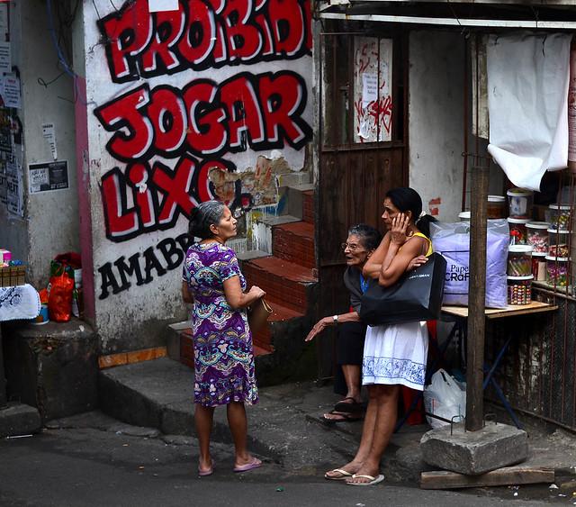 Señoras hablando en una escalera de la favela Rocinha