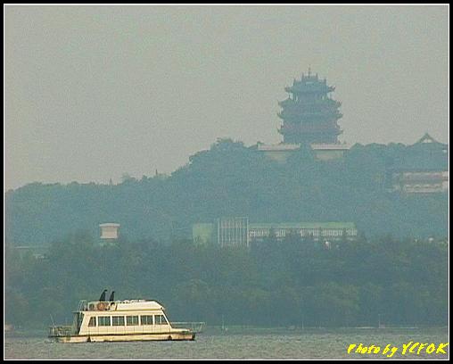 杭州 吳山天風景區 - 075 (城隍閣 從西湖十景之 蘇堤 望向城隍閣)