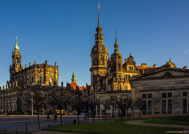 Dresden, Stadtschloss und Hofkirche im Licht des späten Winternachmittages