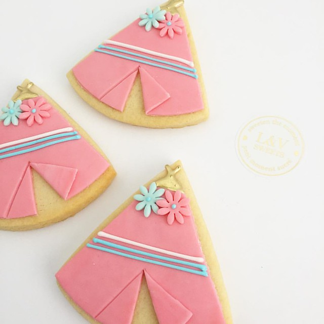 Teepee cookies for a #wildone theme. 💕#lvsweets