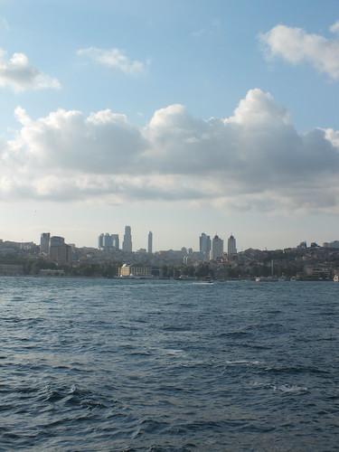 Boszporusz látképe, távolban a Levent kerület (5km) toronyházaival