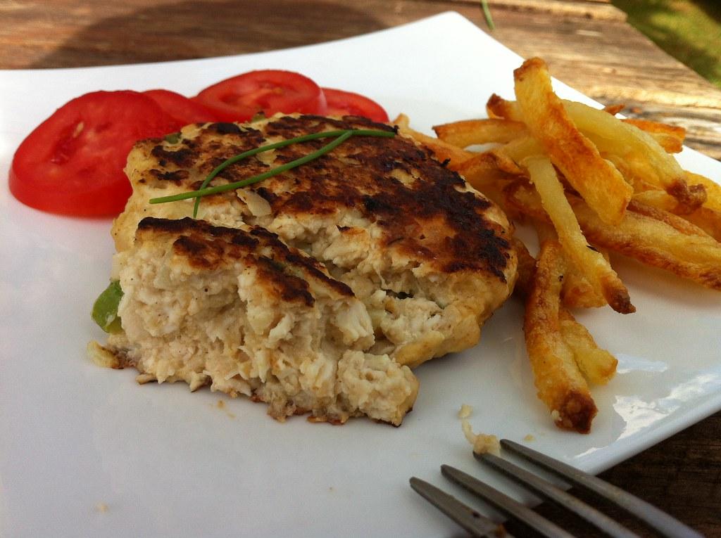 Hamburguer de frango com batata frita no forno