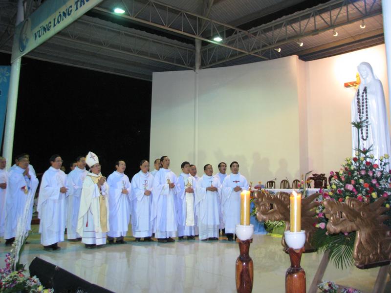 Dâng lễ tại trung tâm hành hương Mẹ Tà Pao. 122