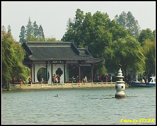 杭州 西湖 (其他景點) - 369 (西湖 湖上遊 往湖心亭 背景是小瀛洲上的三潭印月亭及其中一個石燈籠)