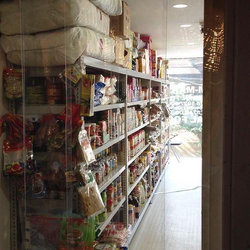 中はこんな雰囲気。アジアの輸入食材がたくさん。