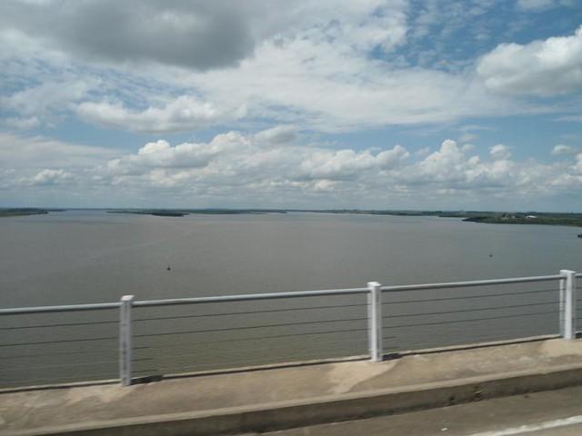 Cruzando el rio Uruguay en el puente Libertador San Martín