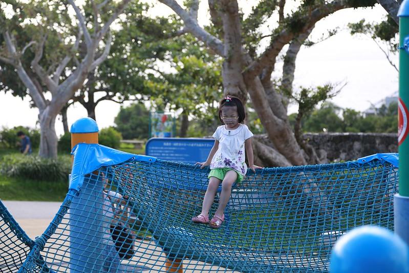 寶妹挑戰爬繩網