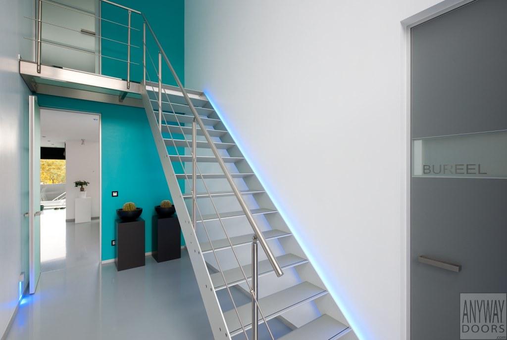 Moderne trap met rgb led verlichting en alu treden a photo on