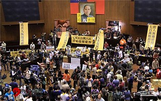"""这些台湾人为什么""""反服贸""""?"""