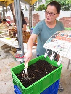 蚯隱農場現場展示土壤中的蚯蚓,說明蚯蚓是健康土壤的好幫手。攝影:詹嘉紋