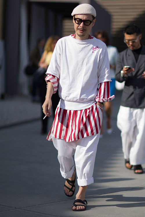 赤白ストライプロング丈シャツ×白トレーナーの重ね着にホワイトパンツ×サンダル