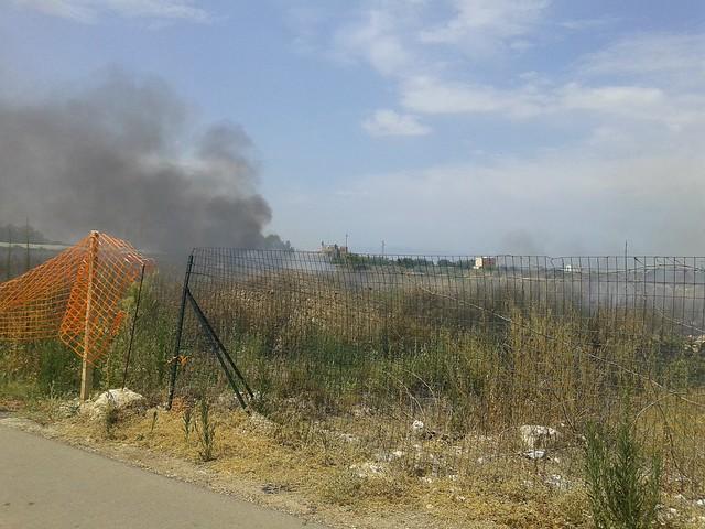 Rutigliano- Incendio in Via Mola  il terzo nel mese di Luglio (2)
