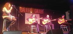 Jorge marcando el compás de una jazz y flamenca melodía
