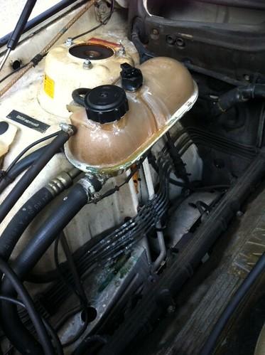 Coolant leak frm Reservoir/Car Temp Hot [Noob Please Help