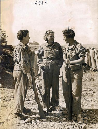 «Tres milicianas»  de la CNT madrileñas en el frente de Huesca. Foto: Lluís Torrens. by Octavi Centelles