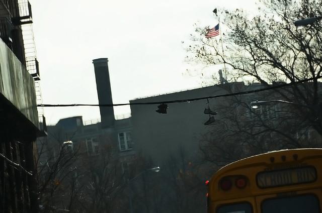 Zapatillas colgadas en un alambre del Bronx
