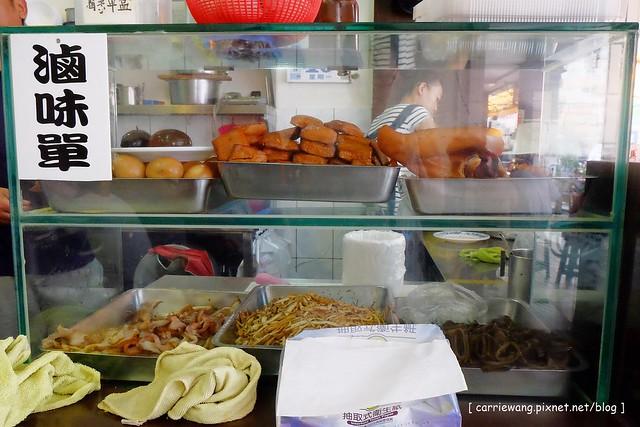 19657364972 8218b15d0c z - 【台中北區】董媽涼麵。篤行市場附近的傳統小吃美食,小菜滷味也很好吃,夏天吃涼麵最過癮,
