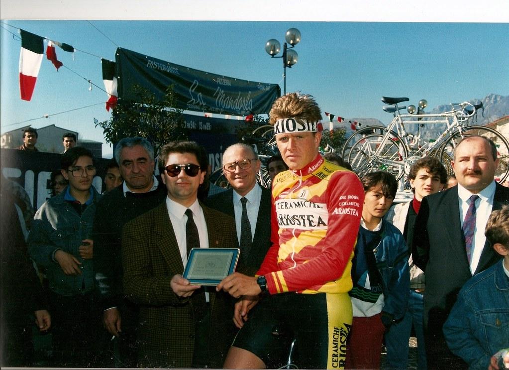 Rolf Sorensen premiato prima della quarta tappa Cerro-Atri (Tirreno-Adriatico 1989) - (foto inviata da Riccardo Rossi di Cerro al Volturno)