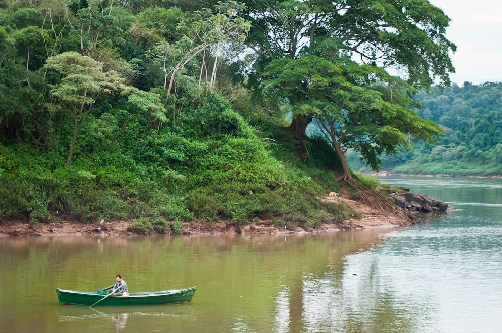Un canoero espera por algún pasajero que requiera de sus servicios de pasaje hacia el otro lado del río (Argentina) , con su tarifa de 2.000gs por pasada, se gana la vida así como otros habitantes de esta ciudad portuaria. (Elton Núñez)