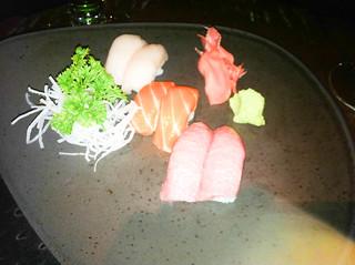 Nigiri de salmón, toro y pez limón