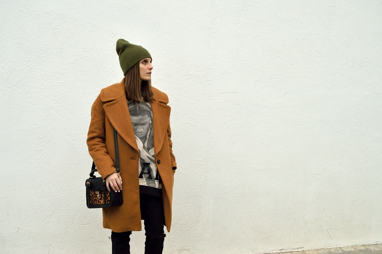 lara-vazquez-madlula-blog-fashion-brown-coat-green-beanie-black-outfit