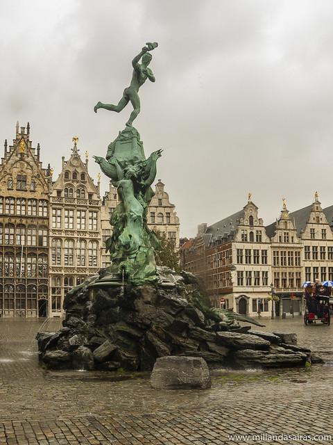 Estatua de Silvio Brabo en la Grote Markt