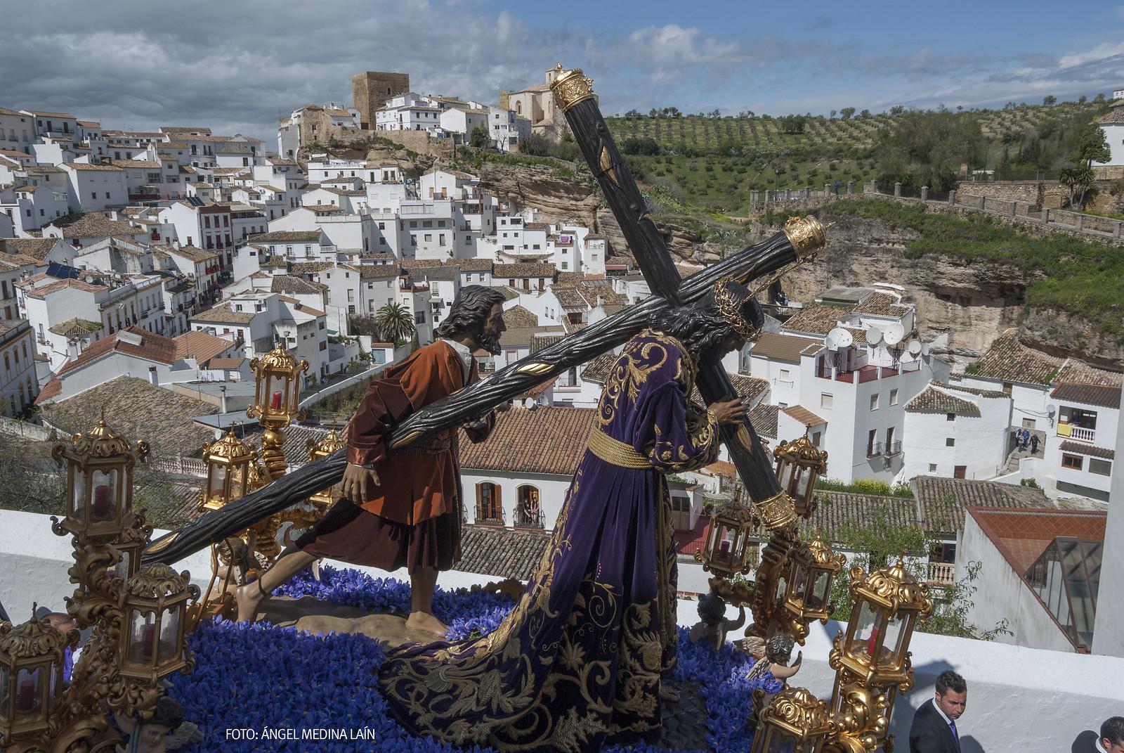 Padre Jesús desciende por la calle Cantarería, con la fortaleza medieval al fondo. Setenil ofrece un escenario único para la Semana Santa. Foto: ÁNGEL MEDINA LAÍN