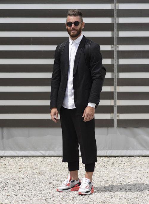 黒テーラードジャケット×黒七分丈パンツ×Nikeエアマックス90 エッセンシャル