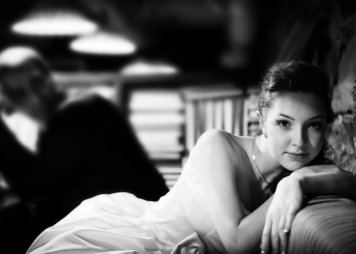 Черно-белая фотография загадочной невесты в кафе Мыши Бляхера в Днепропетровске