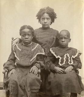 Portrait of three unidentified girls / Portrait de trois filles non identifiées