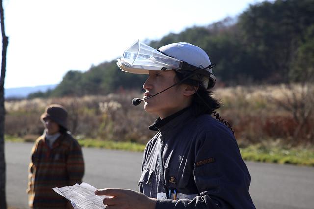 作業終了後,全国草原シンポジウム 北広島宣言を紹介する白川学芸員.