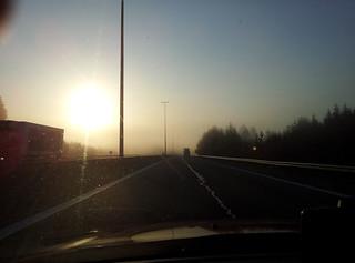 Levé de soleil sur l'autoroute en Belgique