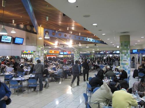 中山競馬場地下1階ファーストフードプラザのテーブル