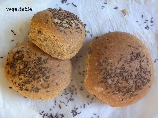 pane al sesamo imbottito con hummus