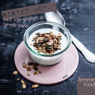 Ristet müsli med soja-yoghurt og tørrede pærer