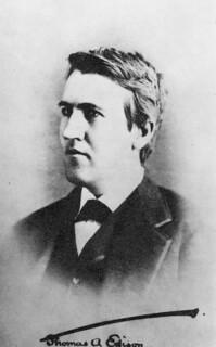 Thomas Edison around the time he invented the phonograph / Thomas Edison à l'époque où il a inventé le phonographe